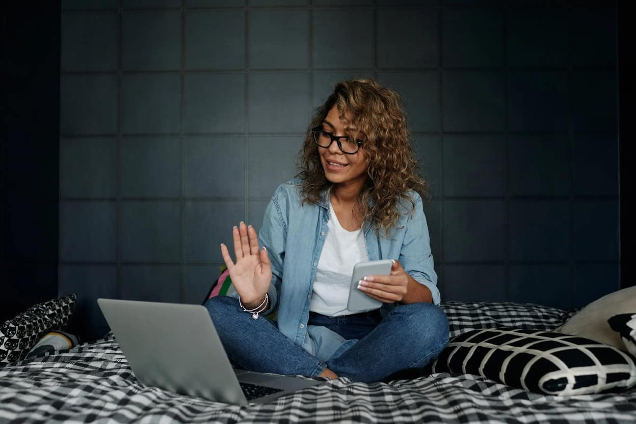 Mujer revisando ideas de emprendimiento