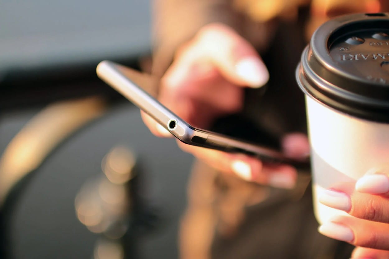 Celular haciendo pago en línea