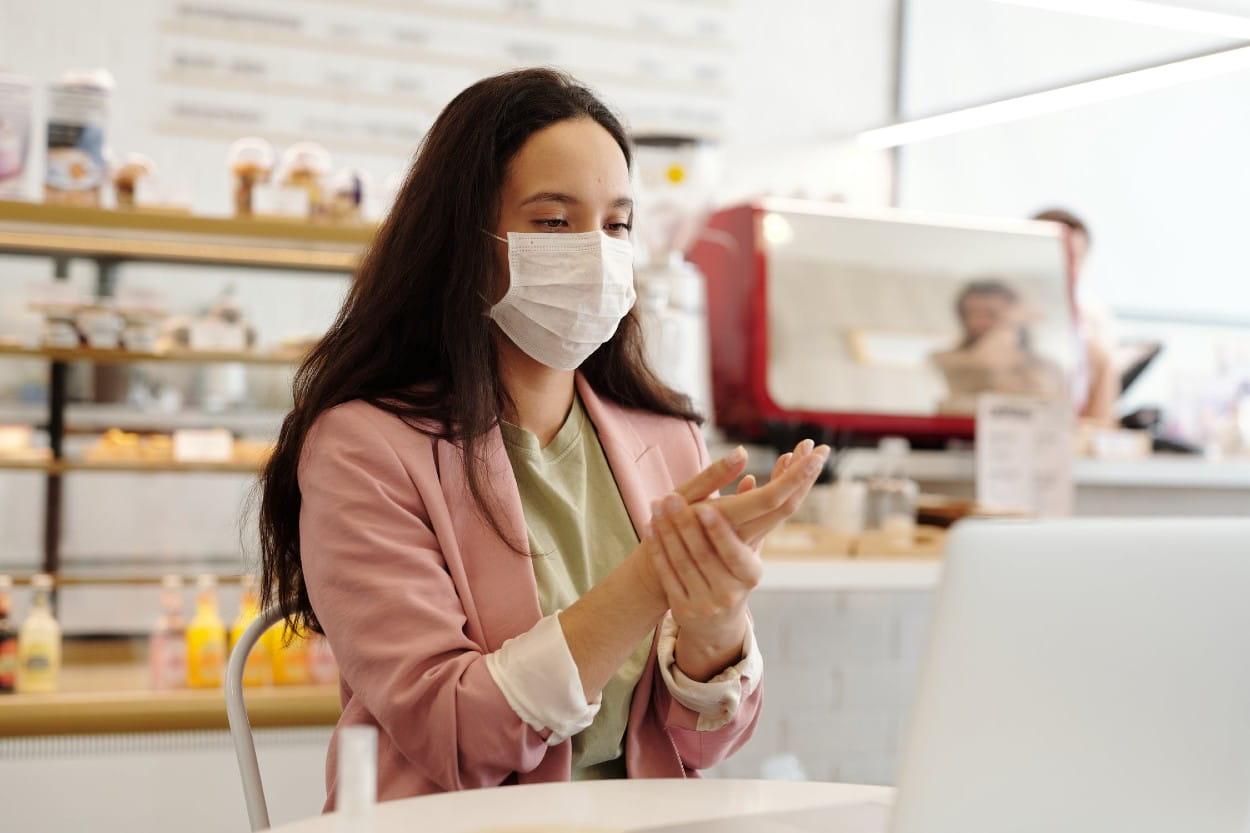 Mujer en cafetería con cubrebocas