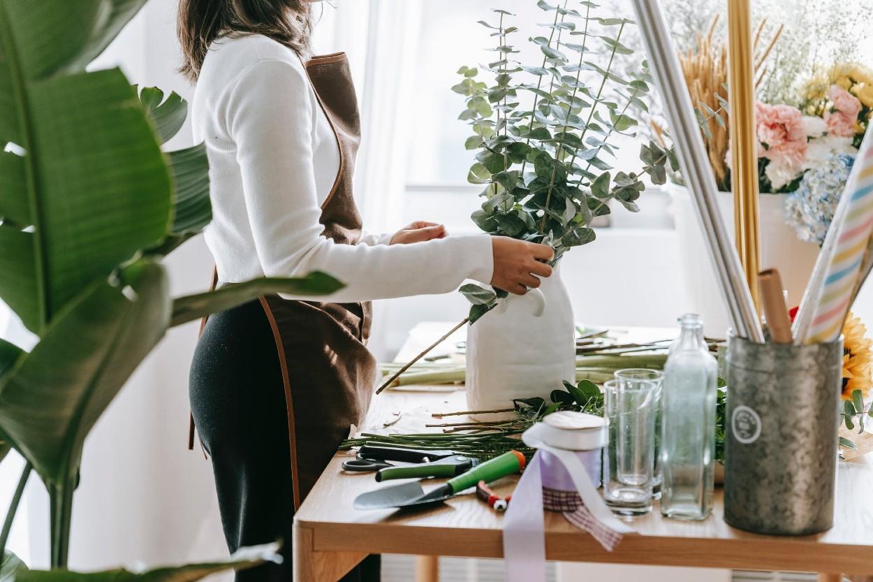 Persona en su negocio de flores