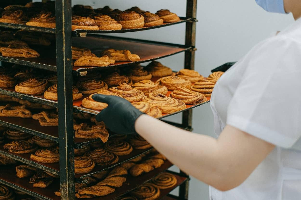 Panadería haciendo pan