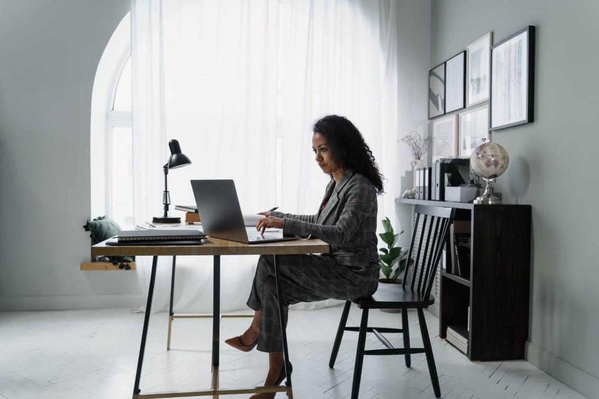Mujer en escritorio realizando una cotización