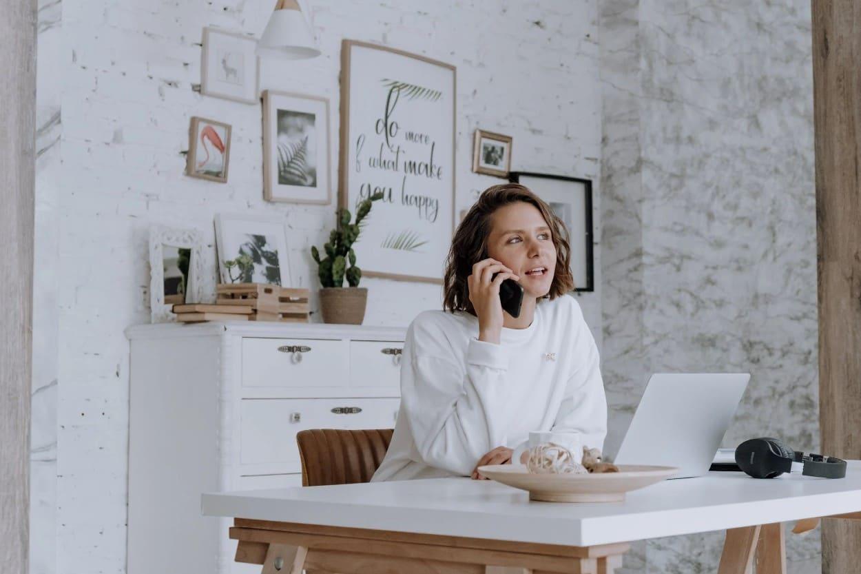 Mujer hablando por teléfono