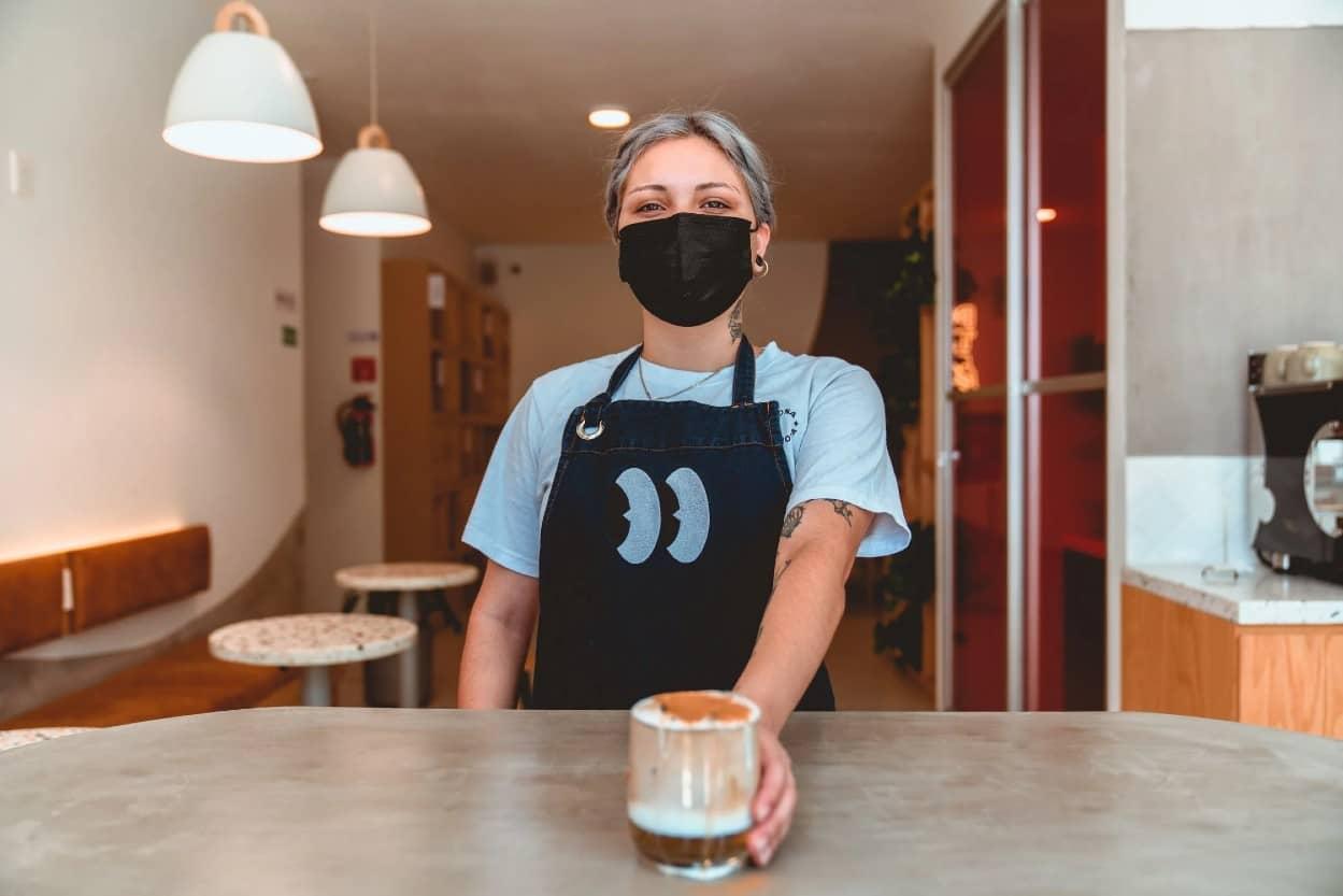 Mujer en Negocio de Cafetería Pyme