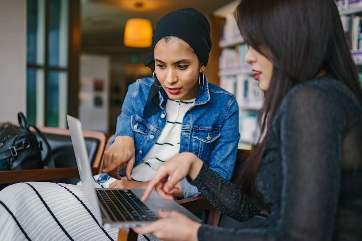 Mujeres de negocios en computadora