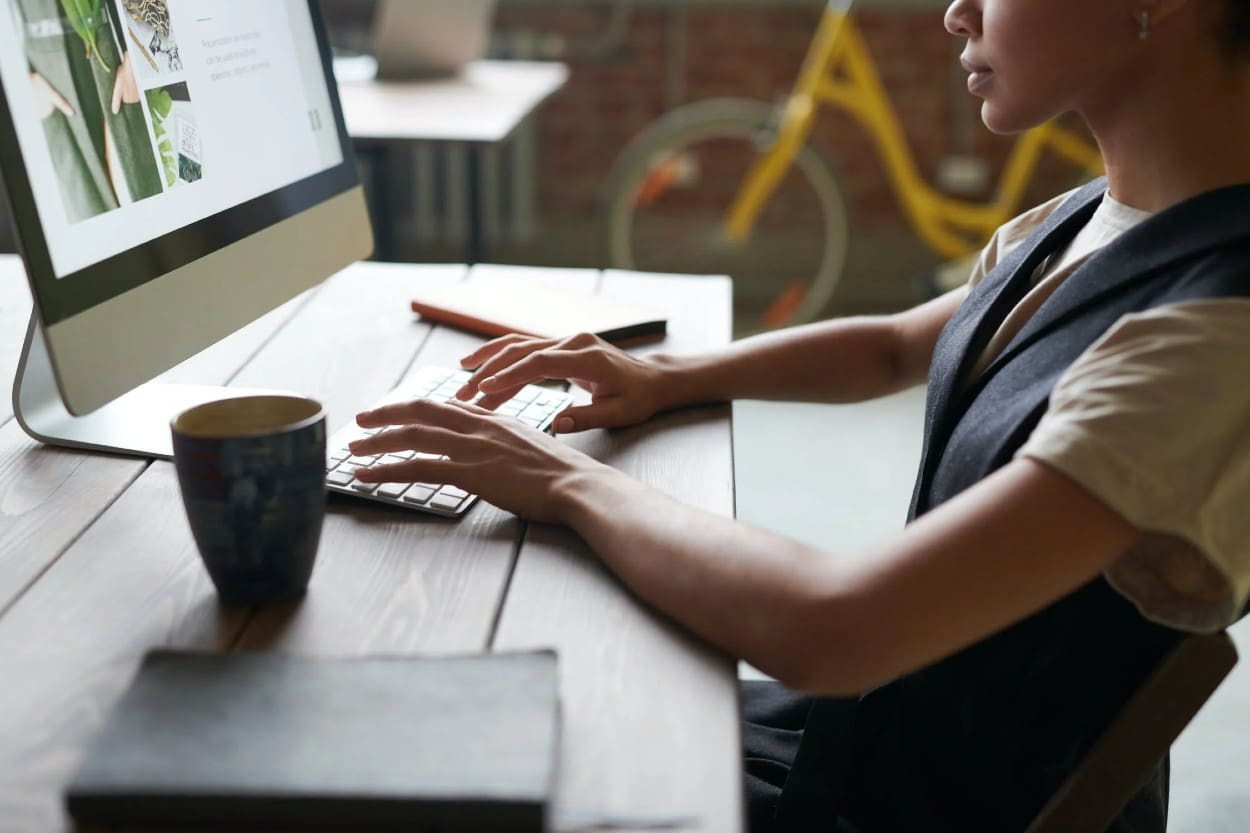 Mujer en computadora usando plataforma financiera