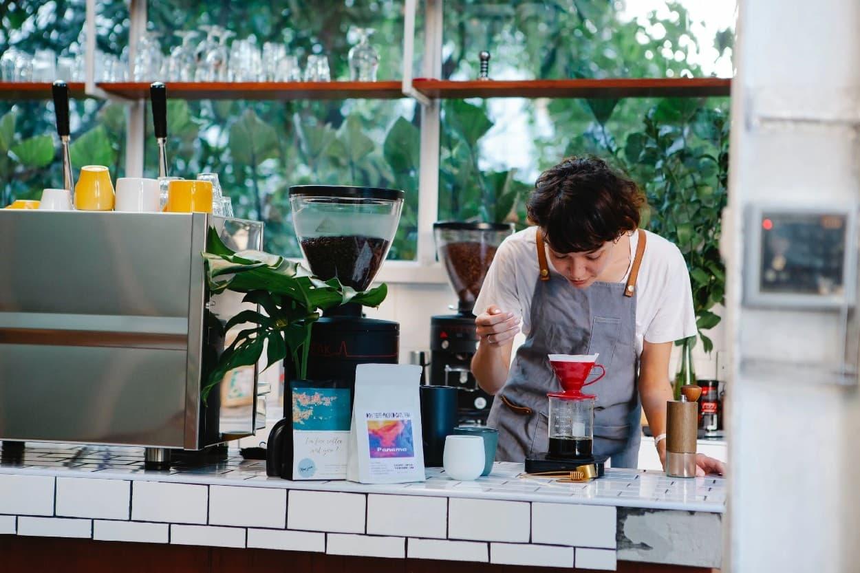Mujer en negocio de cafetería