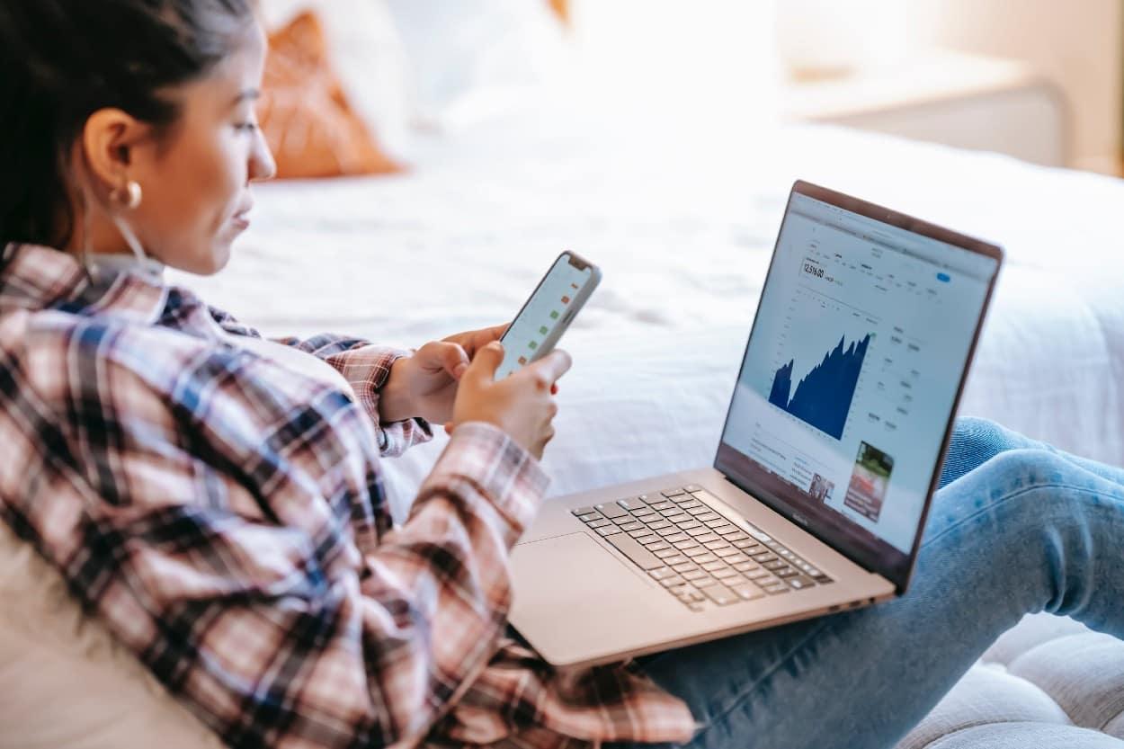 Mujer analizando CAT en computadora
