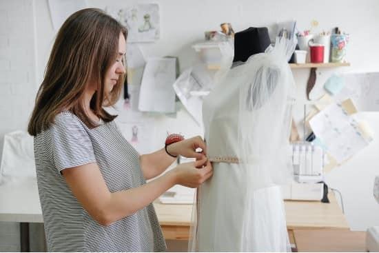 mujer con negocio de ropa y modas