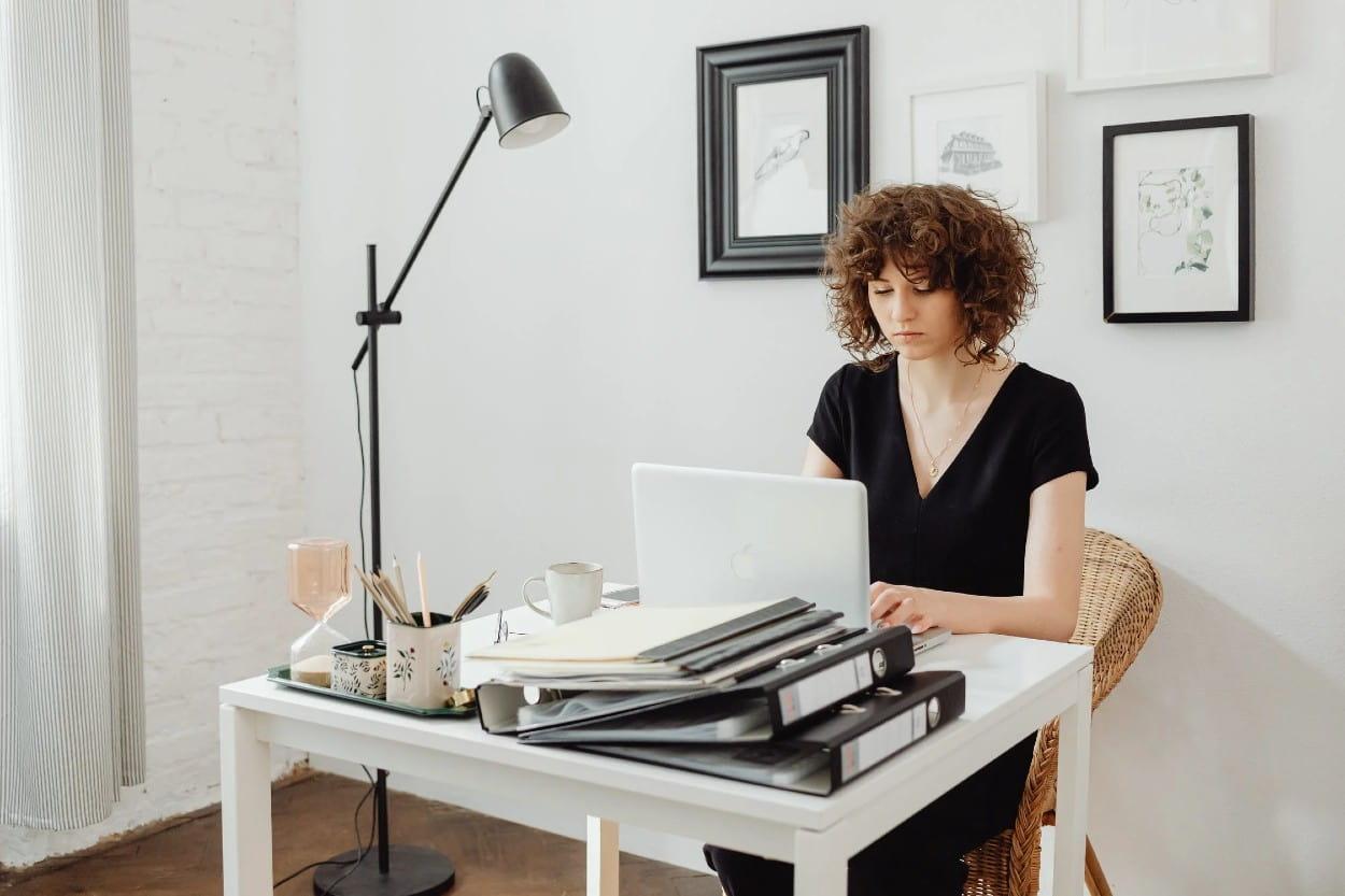 Mujer realizando compras en línea