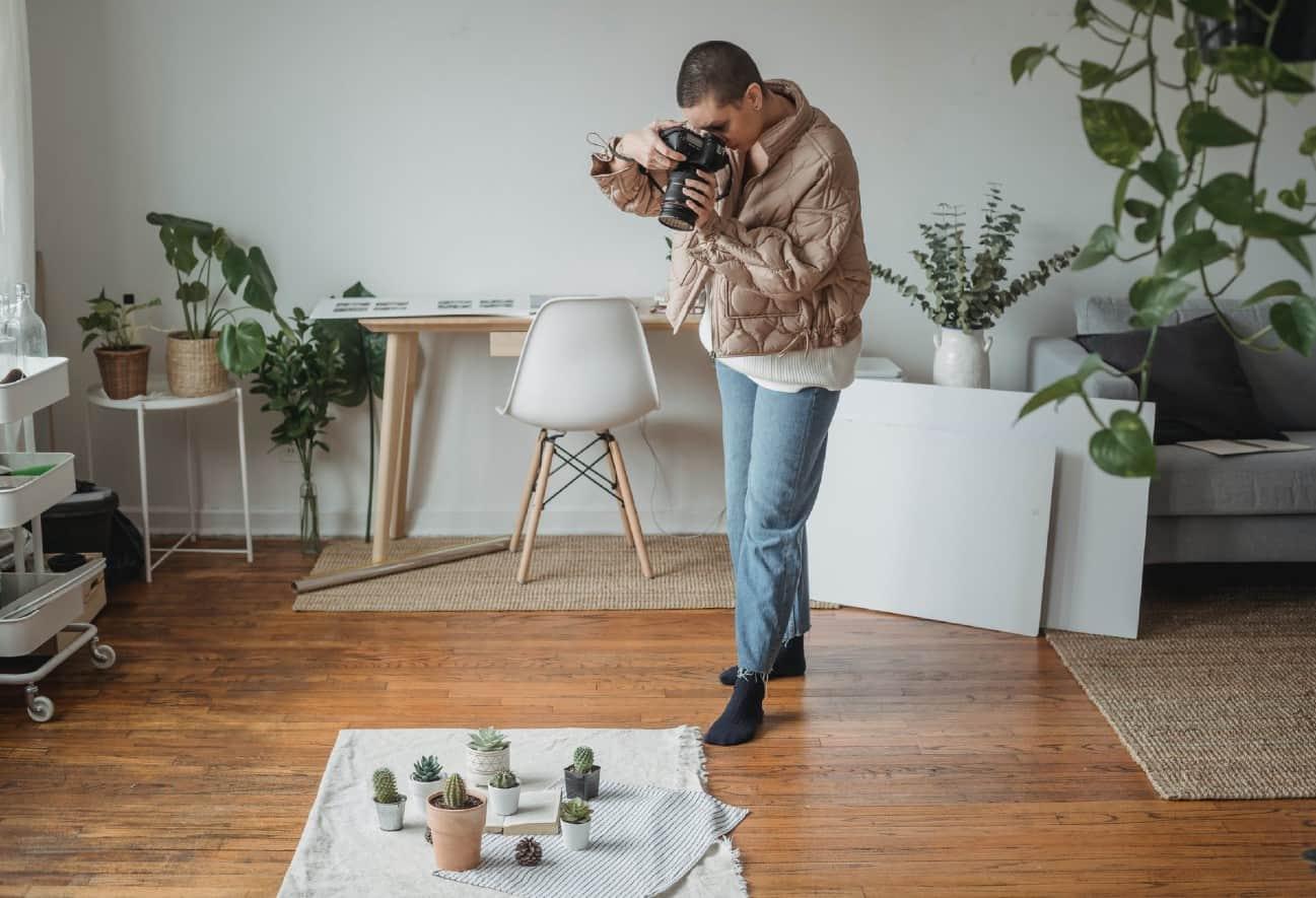 Mujer tomando foto en su negocio